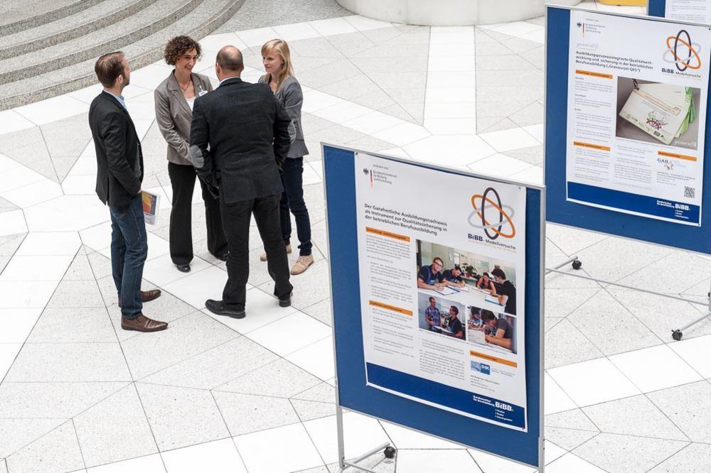 Posteraustellung Modellversuche Qualität im Foyer